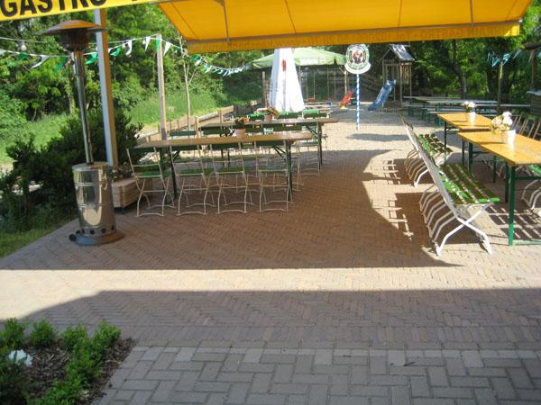 Terrasse mit Bierzeltgarnitur