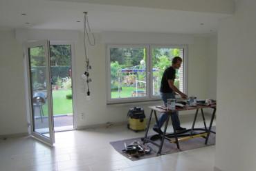 Bauarbeiter bei der Innenarbeit